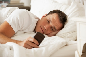 SLEEP-TEXTING-Phone-In-Bed-1024x682